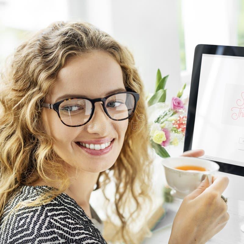 Έννοια ευτυχίας χαλάρωσης σπασιμάτων τσαγιού κατανάλωσης γυναικών στοκ εικόνες με δικαίωμα ελεύθερης χρήσης