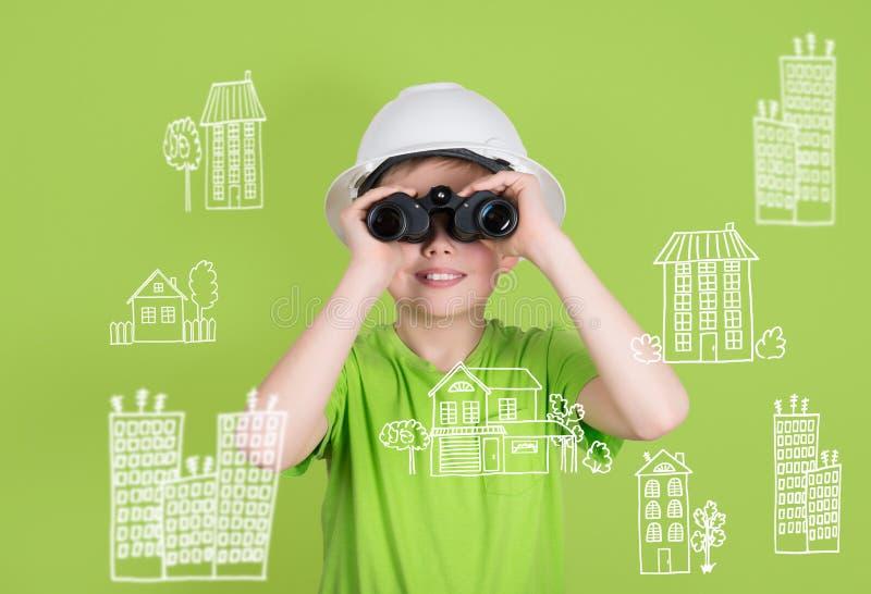 Έννοια εφαρμοσμένης μηχανικής κατασκευής ακίνητων περιουσιών Χαριτωμένο αγόρι με το bino στοκ εικόνες με δικαίωμα ελεύθερης χρήσης