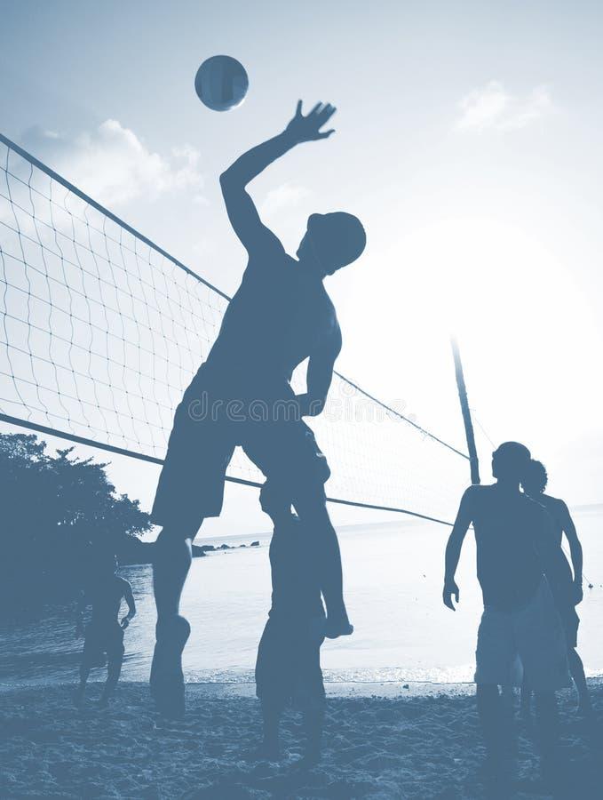 Έννοια ελεύθερου χρόνου αθλητικής παίζοντας άσκησης ηλιοβασιλέματος πετοσφαίρισης παραλιών στοκ εικόνα με δικαίωμα ελεύθερης χρήσης