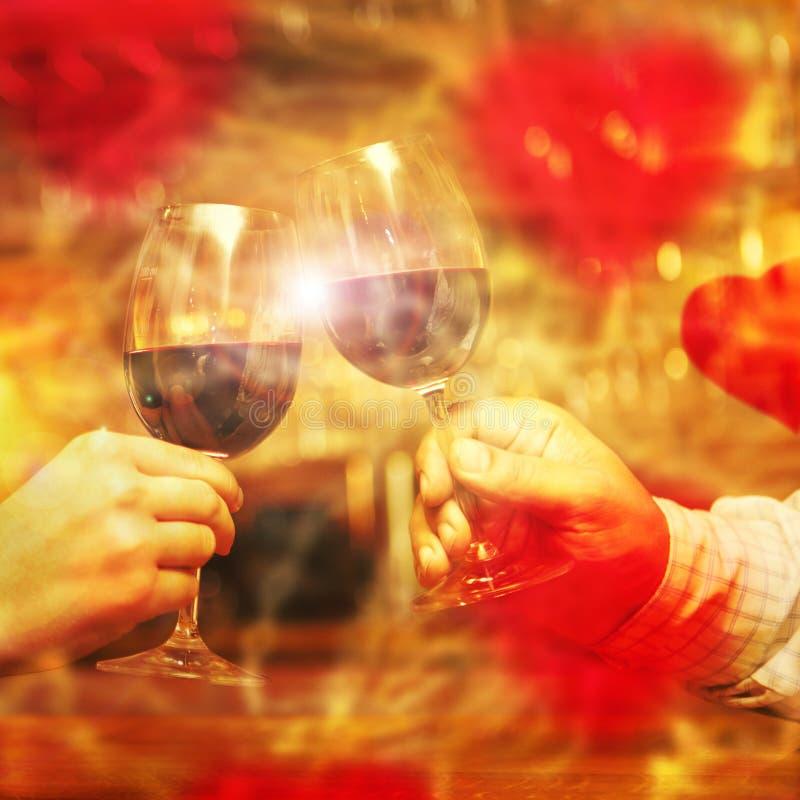 Έννοια ημέρας βαλεντίνου με το κρασί και τα γυαλιά στοκ εικόνα