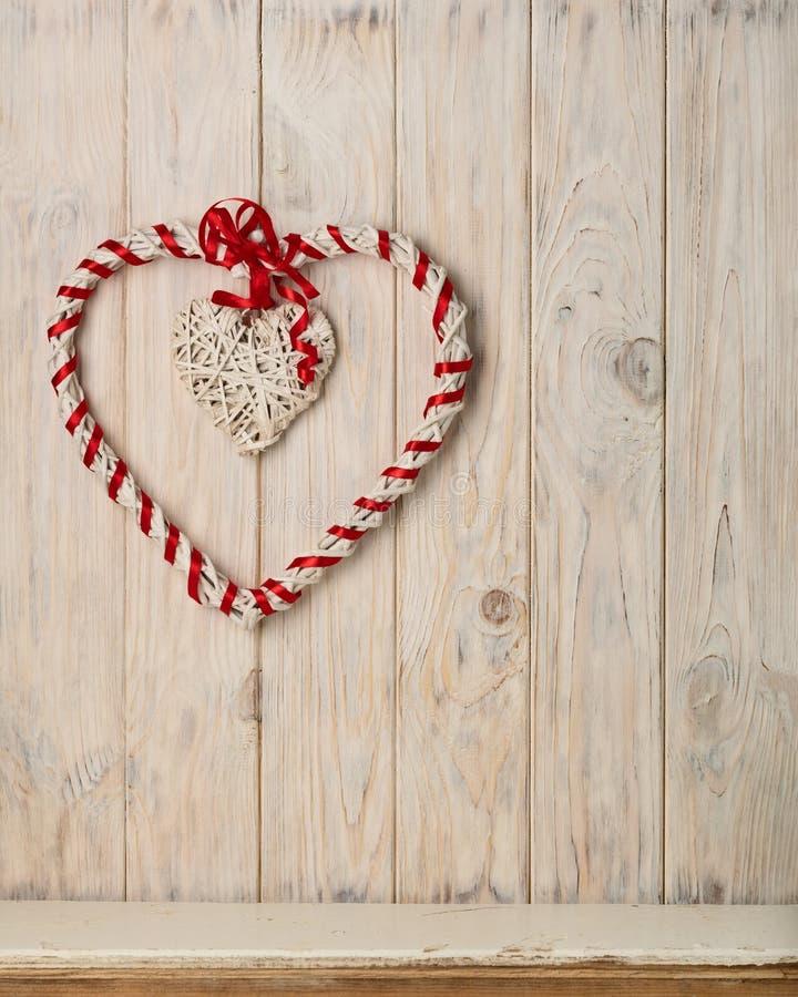 Έννοια ημέρας βαλεντίνων ` s Άμπελοι καρδιών ντεκόρ σε μια ελαφριά ξύλινη ΤΣΕ στοκ εικόνες