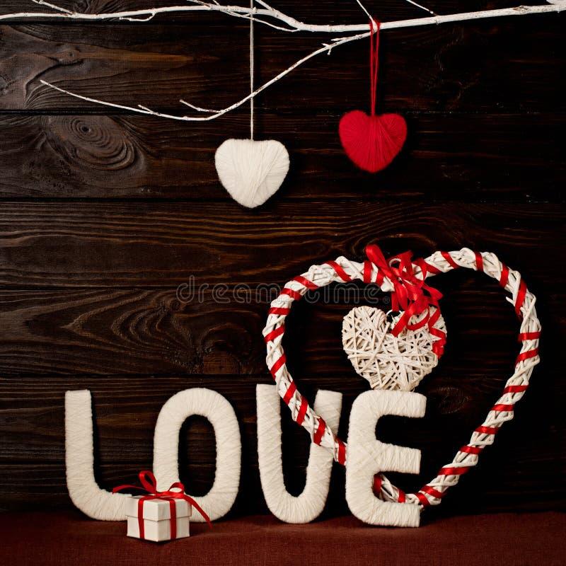 Έννοια ημέρας βαλεντίνων ` s ΑΓΑΠΗ και καρδιές επιστολών φιαγμένες από νήμα επάνω στοκ φωτογραφία με δικαίωμα ελεύθερης χρήσης