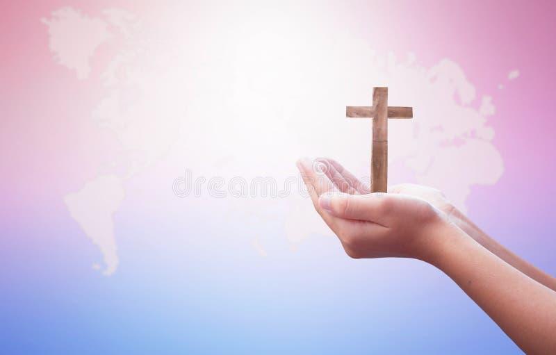 Έννοια ημέρας παγκόσμιας θρησκείας: Ο άνθρωπος ανοίγει δύο κενά χέρια επάνω στο υπόβαθρο στοκ εικόνα