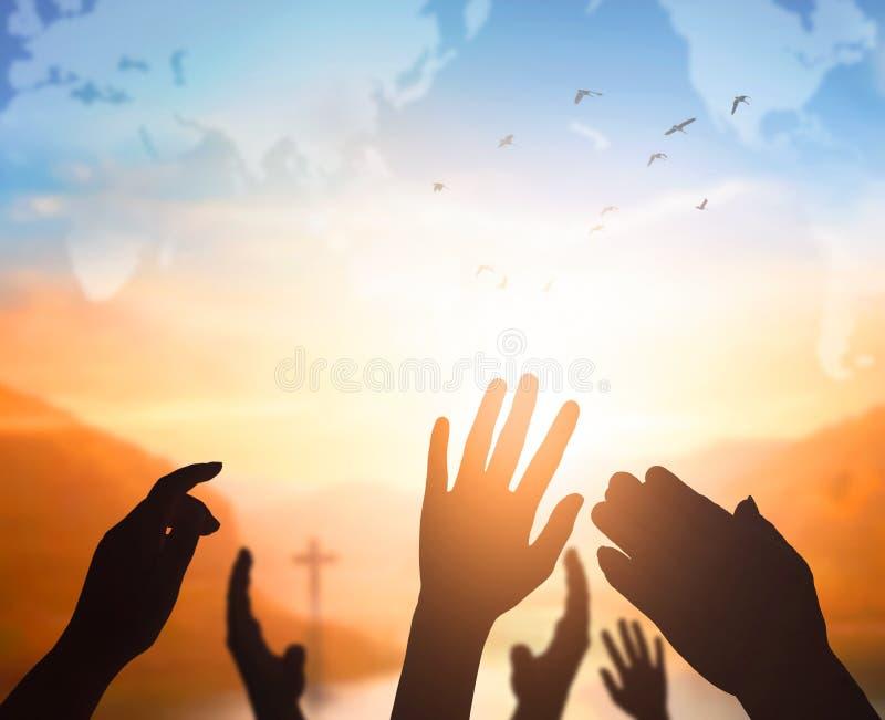 Έννοια ημέρας παγκόσμιας θρησκείας: Ο άνθρωπος ανοίγει δύο κενά χέρια επάνω στο υπόβαθρο στοκ φωτογραφία