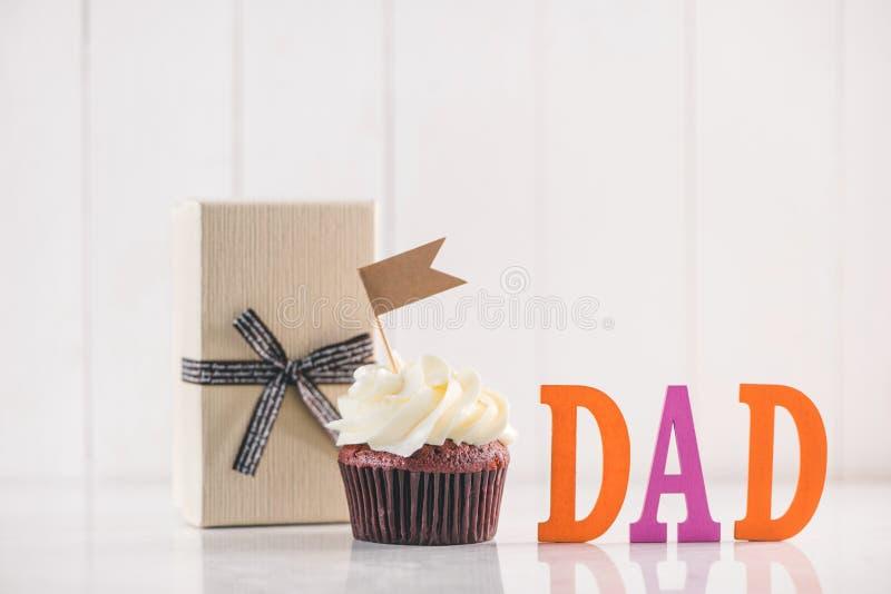 Έννοια ημέρας πατέρων Εύγευστο δημιουργικό κιβώτιο cupcake και δώρων επάνω στοκ φωτογραφίες
