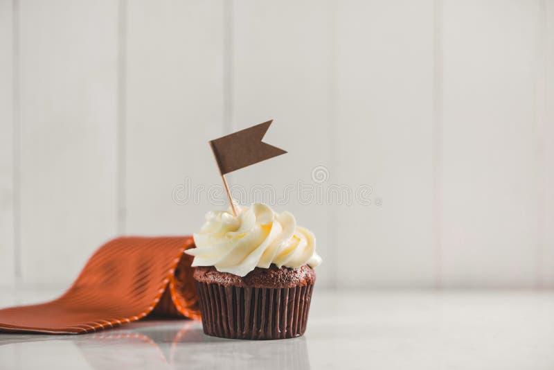 Έννοια ημέρας πατέρων Εύγευστο δημιουργικό cupcake, δεσμός, παρόν στοκ εικόνες