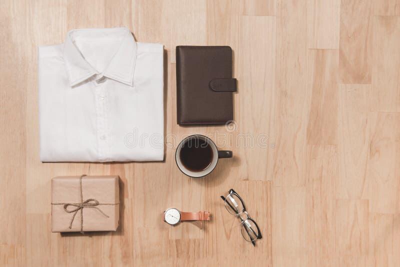 Έννοια ημέρας πατέρων Κιβώτιο δώρων, ρολόι, φλυτζάνι καφέ, eyeglasses επάνω στοκ φωτογραφία