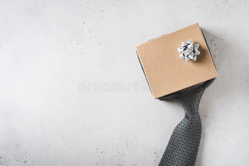 Έννοια ημέρας πατέρων με το κιβώτιο δώρων και δεσμός στο άσπρο υπόβαθρο στοκ εικόνα με δικαίωμα ελεύθερης χρήσης