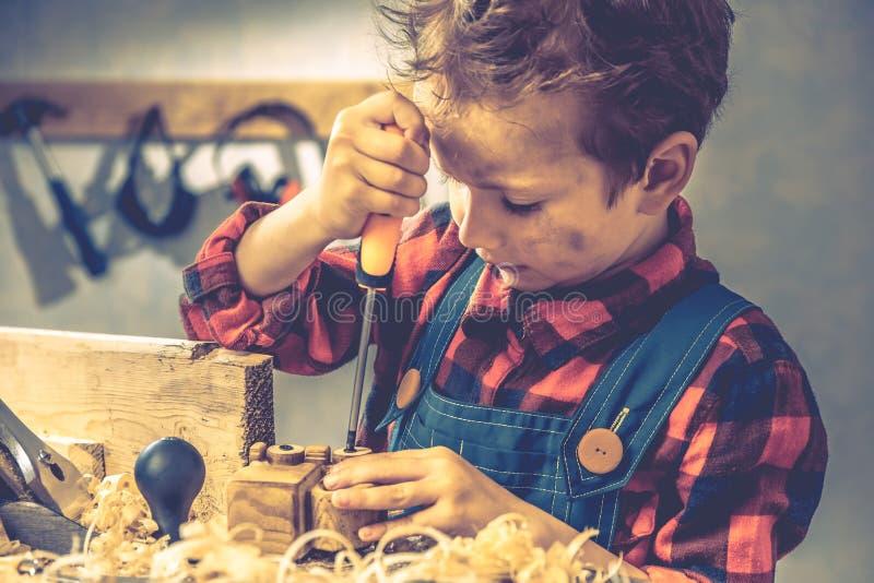 Έννοια ημέρας πατέρων παιδιών, εργαλείο ξυλουργών, παιδική ηλικία προσώπων στοκ εικόνες με δικαίωμα ελεύθερης χρήσης