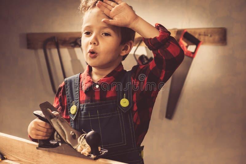 Έννοια ημέρας πατέρων παιδιών, εργαλείο ξυλουργών, πρόσωπο στοκ φωτογραφίες