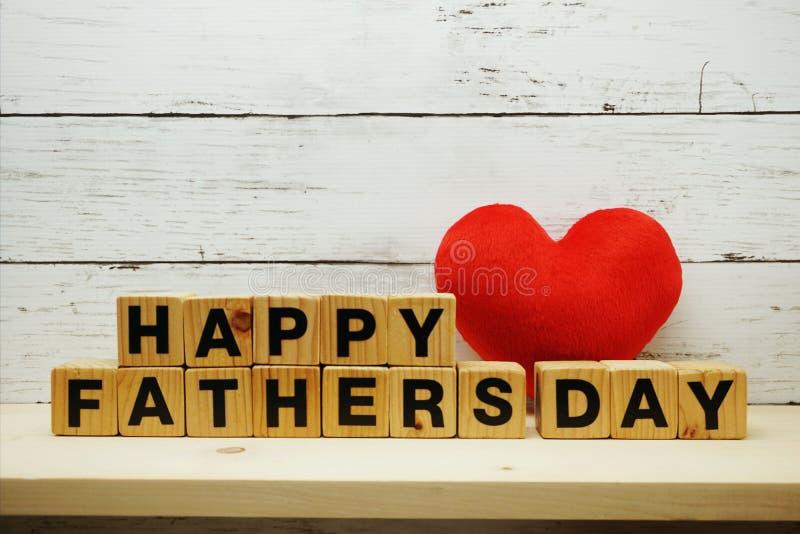 Έννοια ημέρας του ευτυχούς πατέρα με τις επιστολές αλφάβητου με την κόκκινη καρδιά στο διαστημικό ξύλινο υπόβαθρο στοκ εικόνα