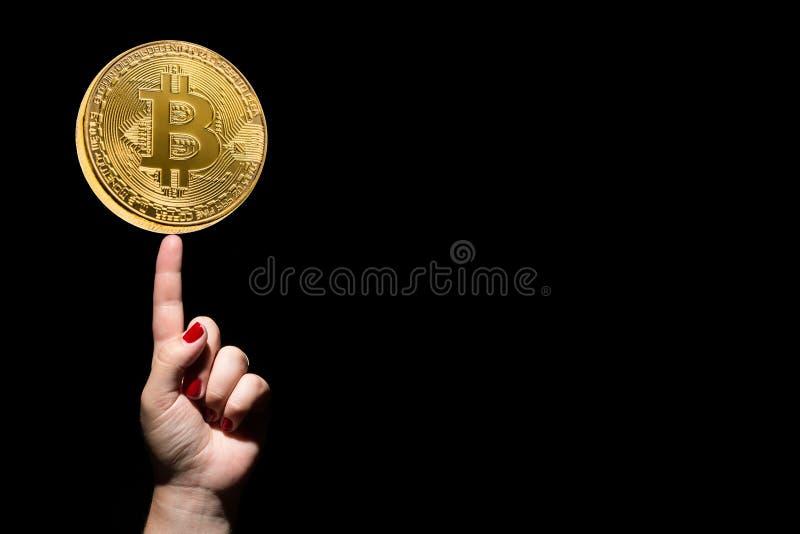 Έννοια ιδέας και επιτυχίας Χρυσό bitcoin σε ετοιμότητα θηλυκό με το δάχτυλο ώθησης και κόκκινα καρφιά στο μαύρο υπόβαθρο διάστημα στοκ εικόνα με δικαίωμα ελεύθερης χρήσης