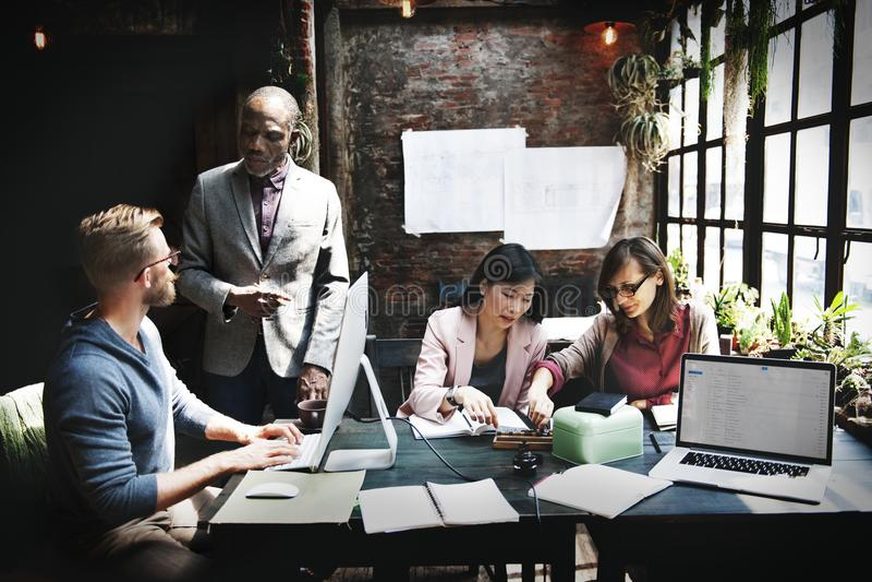Έννοια ιδεών συζήτησης συνεδρίασης της επιχειρησιακής ομάδας στοκ εικόνα
