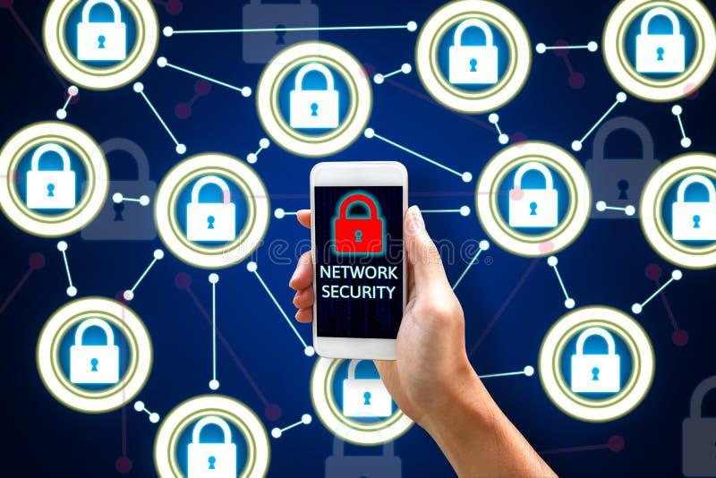 Έννοια δικτύων ασφάλειας Cyber, νέο ασιατικό άτομο που κρατά το κινητό π στοκ εικόνες