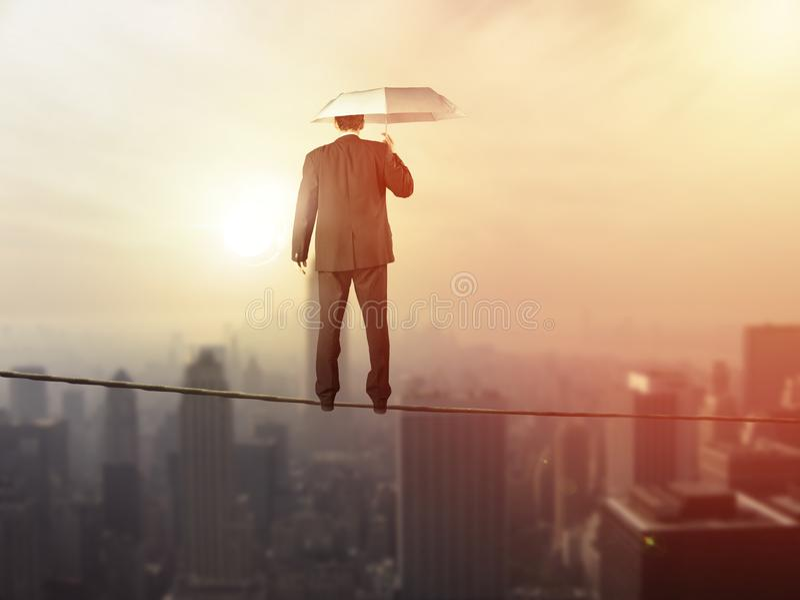 Έννοια ισορροπίας ζωής εργασίας: Εξισορρόπηση επιχειρησιακών ατόμων επάνω από την πόλη στοκ εικόνα