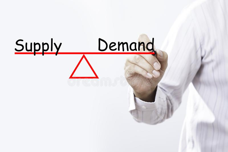 Έννοια ισορροπίας προσφοράς και ζήτησης σχεδίων χεριών επιχειρηματιών στοκ φωτογραφία με δικαίωμα ελεύθερης χρήσης