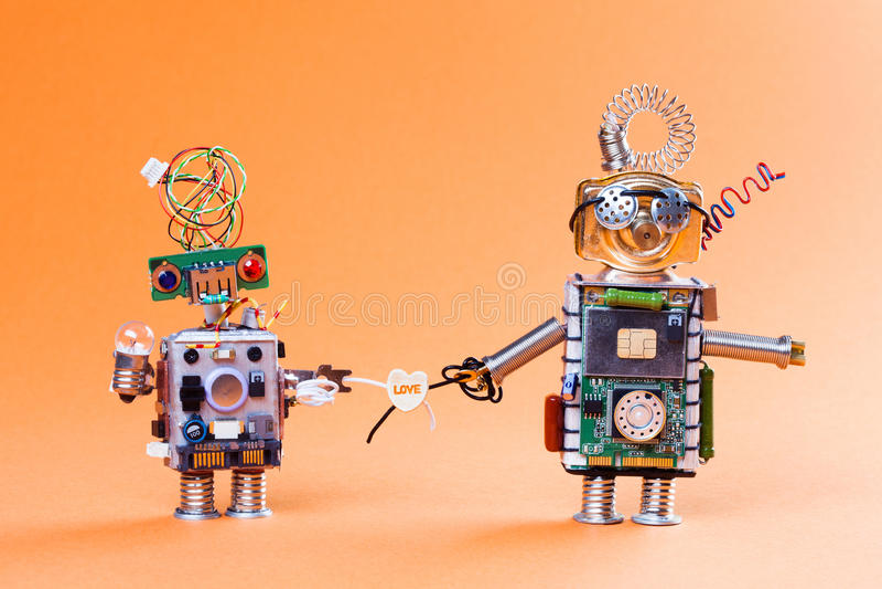 Έννοια ιστορίας αγάπης ρομπότ Αστεία παιχνίδια υποδοχών κυκλωμάτων με το βολβό λαμπτήρων και το σύμβολο καρδιών Χαριτωμένα πρόσωπ στοκ εικόνες με δικαίωμα ελεύθερης χρήσης
