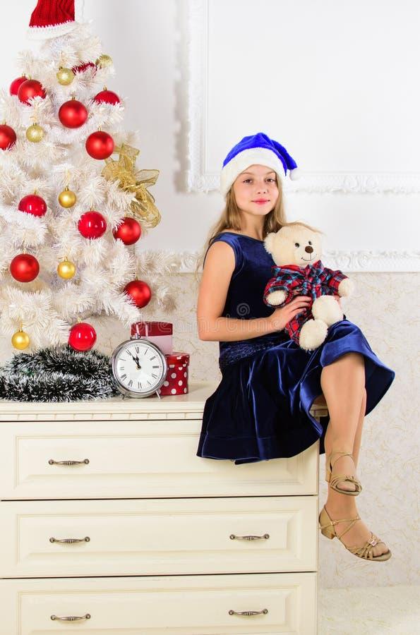 έννοια καλή χρονιά Το παιδί κάθεται κοντά στη λαβή χριστουγεννιάτικων δέντρων teddy αντέχει το δώρο Ικανοποιώ δώρο Χριστουγέννων  στοκ φωτογραφίες με δικαίωμα ελεύθερης χρήσης