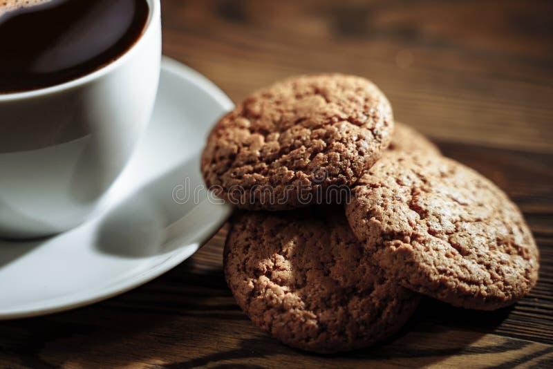 Έννοια καλημέρας - καφές espresso προγευμάτων που συνοδεύεται από τα εύγευστα μπισκότα στοκ φωτογραφίες με δικαίωμα ελεύθερης χρήσης