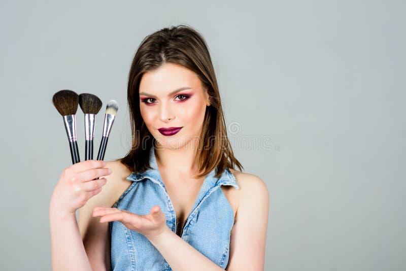 Έννοια καλλυντικών Makeup Υπογραμμίστε τη θηλυκότητα Το κορίτσι εφαρμόζει τις σκιές ματιών Να φανεί καλός και αίσθημα βέβαιος r στοκ εικόνα με δικαίωμα ελεύθερης χρήσης