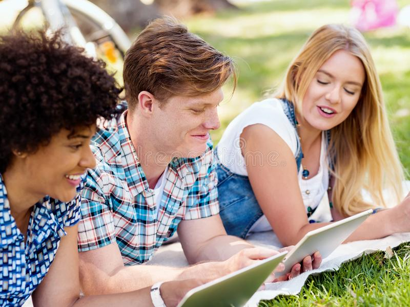 Έννοια καλοκαιριού, Διαδικτύου, εκπαίδευσης, πανεπιστημιουπόλεων και σπουδαστών στοκ εικόνες