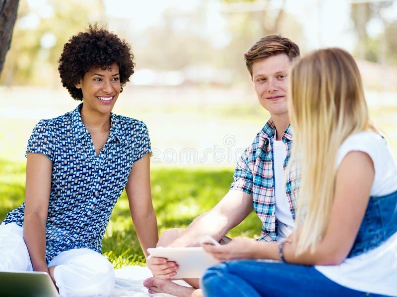 Έννοια καλοκαιριού, εκπαίδευσης, πανεπιστημιουπόλεων και σπουδαστών στοκ εικόνες
