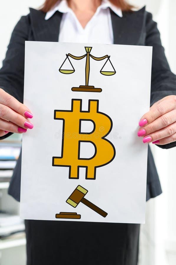 Έννοια κανονισμού Bitcoin που παρουσιάζεται από μια επιχειρηματία στοκ φωτογραφίες