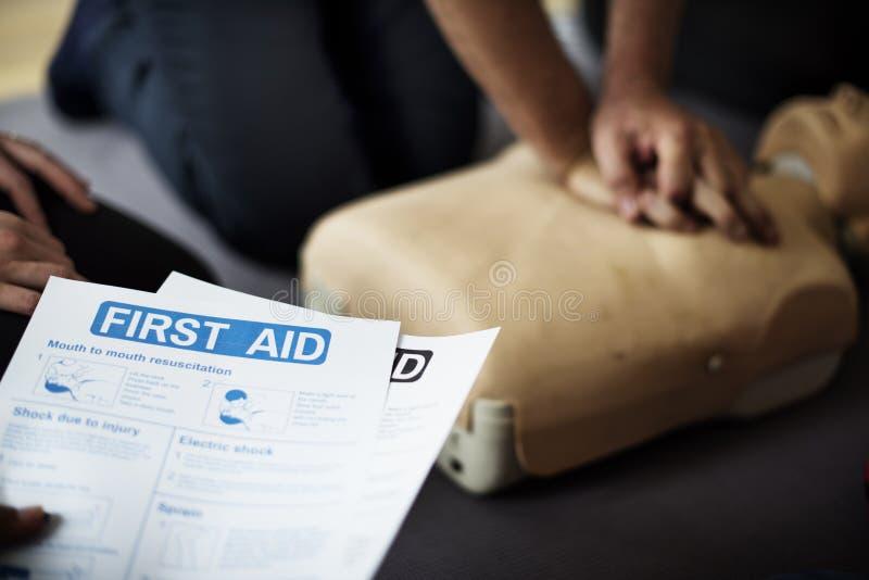Έννοια κατάρτισης βοηθειών CPR πρώτος στοκ εικόνες