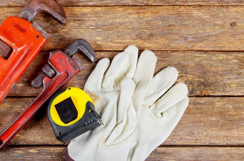 Έννοια κατασκευής γαντιών ασφάλειας δέρματος υδραυλικών γαλλικών κλειδιών στοκ φωτογραφία