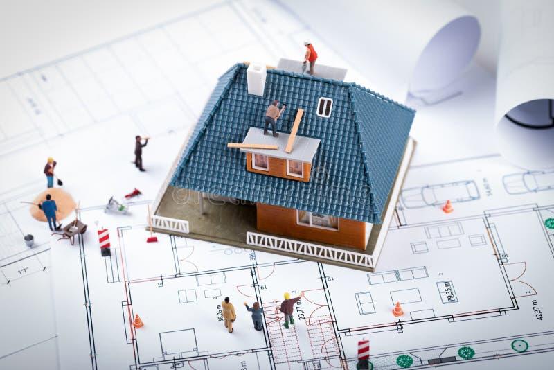 Έννοια κατασκευαστικού προγράμματος σπιτιών πρότυπο κλίμακας οικοδόμησης και wor στοκ φωτογραφία με δικαίωμα ελεύθερης χρήσης