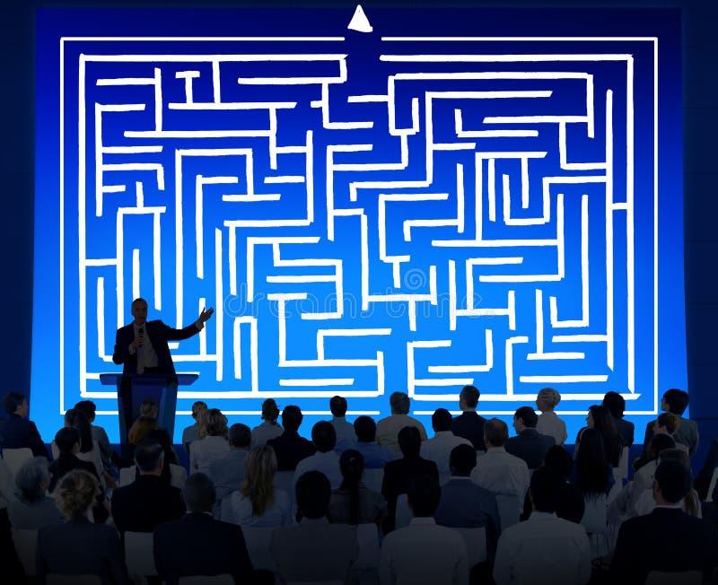 Έννοια κατεύθυνσης προσδιορισμού λύσης επιτυχίας στρατηγικής λαβυρίνθου ελεύθερη απεικόνιση δικαιώματος