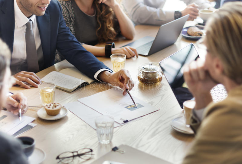 Έννοια καφέδων μάρκετινγκ στρατηγικής συνεδρίασης της επιχειρησιακής ομάδας στοκ φωτογραφία με δικαίωμα ελεύθερης χρήσης