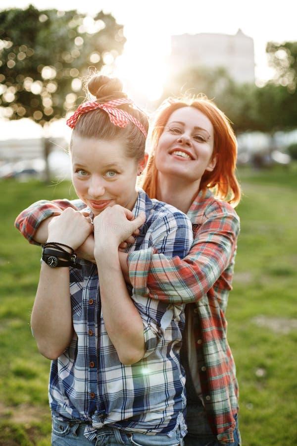 Έννοια καλύτερων φίλων, νέο θηλυκό δύο στοκ εικόνες