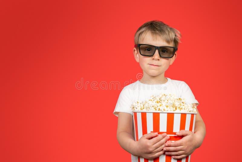 Έννοια κινηματογράφων - αγόρι που κρατά τεράστιο popcorn στοκ εικόνες με δικαίωμα ελεύθερης χρήσης