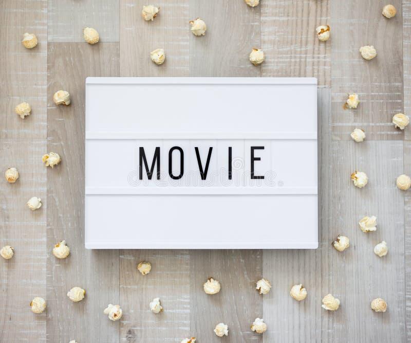 Έννοια κινηματογράφων - ελαφρύ κιβώτιο με τη λέξη κινηματογράφων και po στοκ φωτογραφία με δικαίωμα ελεύθερης χρήσης