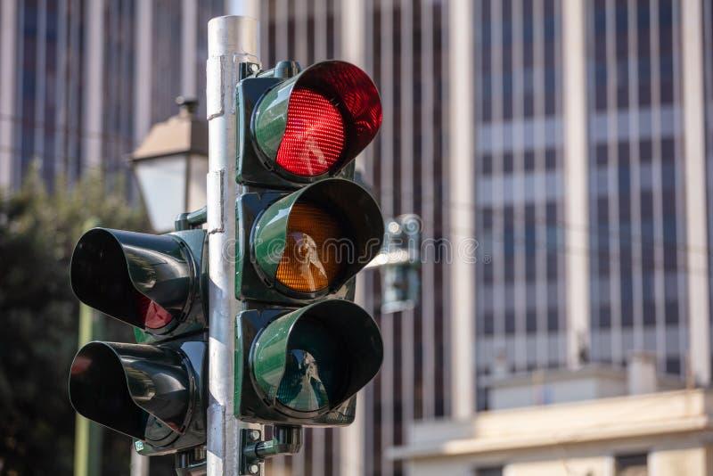 Έννοια κυκλοφορίας στο κέντρο της πόλης Κόκκινοι φωτεινοί σηματοδότες για τα αυτοκίνητα, κτίρια γραφείων στοκ εικόνα