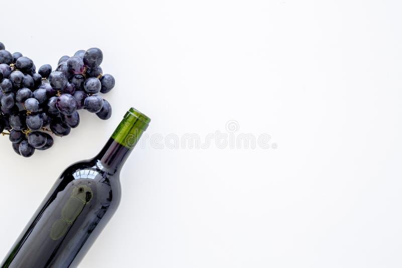 Έννοια κόκκινου κρασιού Μπουκάλι γυαλιού με τη δέσμη ποτών πλησίον των σταφυλιών στο άσπρο διάστημα αντιγράφων άποψης υποβάθρου τ στοκ φωτογραφίες με δικαίωμα ελεύθερης χρήσης