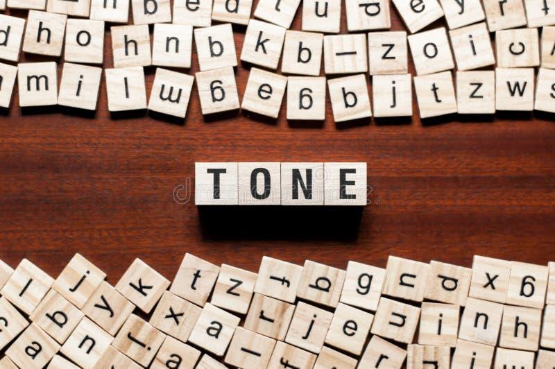 Έννοια λέξης τόνου στους κύβους στοκ φωτογραφία