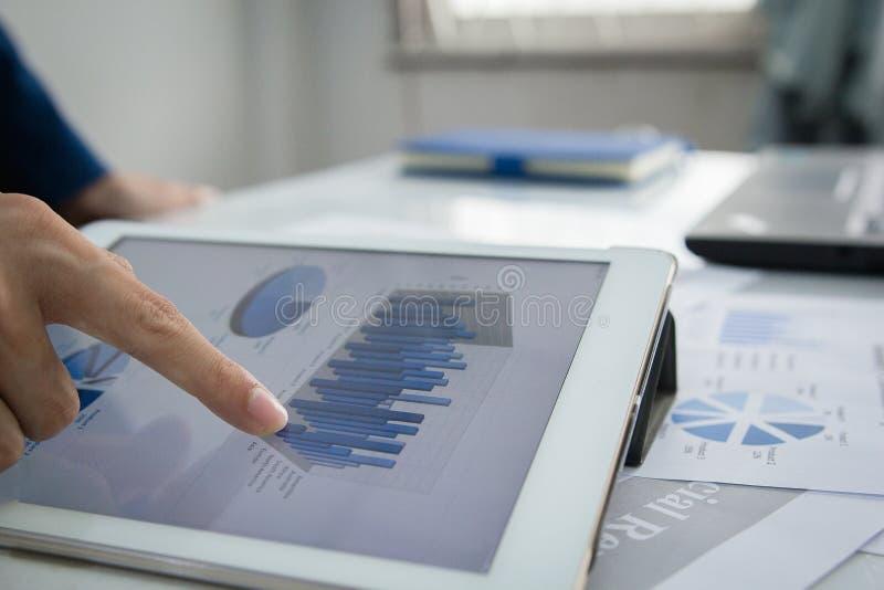 Έννοια λογιστικού ελέγχου, υπηρεσία επιχειρηματιών που ελέγχει το έγγραφο στοκ φωτογραφίες