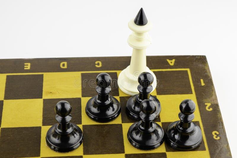 Έννοια, μαύρο ματ ενέχυρων ο λευκός βασιλιάς στοκ φωτογραφία