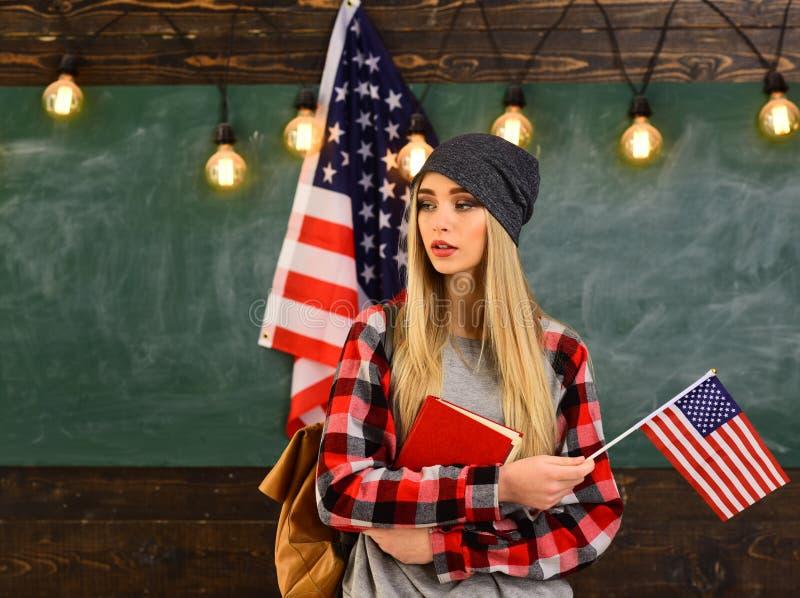 Έννοια με την αμερικανική σημαία και το σύμβολο καπέλων βαθμολόγησης Οι επιτυχείς δάσκαλοι είναι πάντα εγκαίρως και προετοιμασμέν στοκ φωτογραφία με δικαίωμα ελεύθερης χρήσης