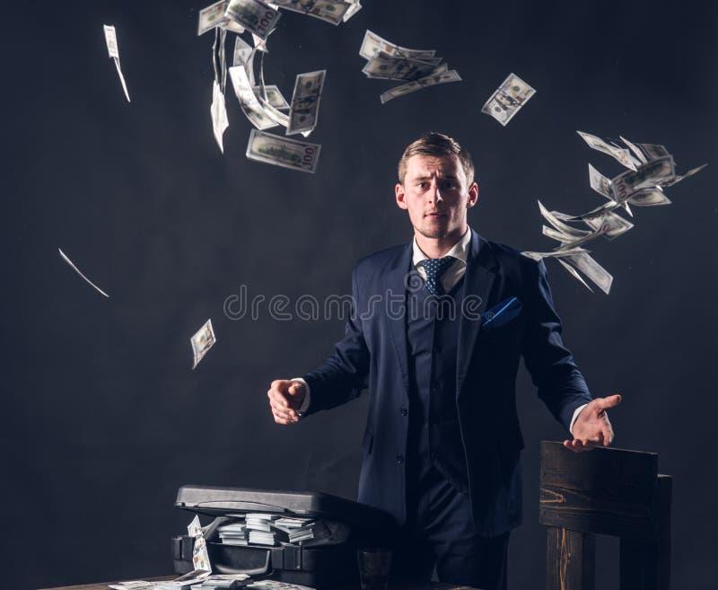 έννοια μικρών επιχειρήσεων Άτομο στο κοστούμι μαφία making money Εργασία επιχειρηματιών στο γραφείο λογιστών εννοιολογικό wellnes στοκ φωτογραφίες
