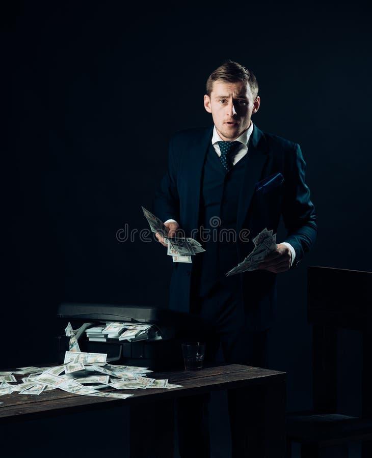 έννοια μικρών επιχειρήσεων Άτομο στο κοστούμι μαφία making money Εργασία επιχειρηματιών στο γραφείο λογιστών εννοιολογικό wellnes στοκ φωτογραφία