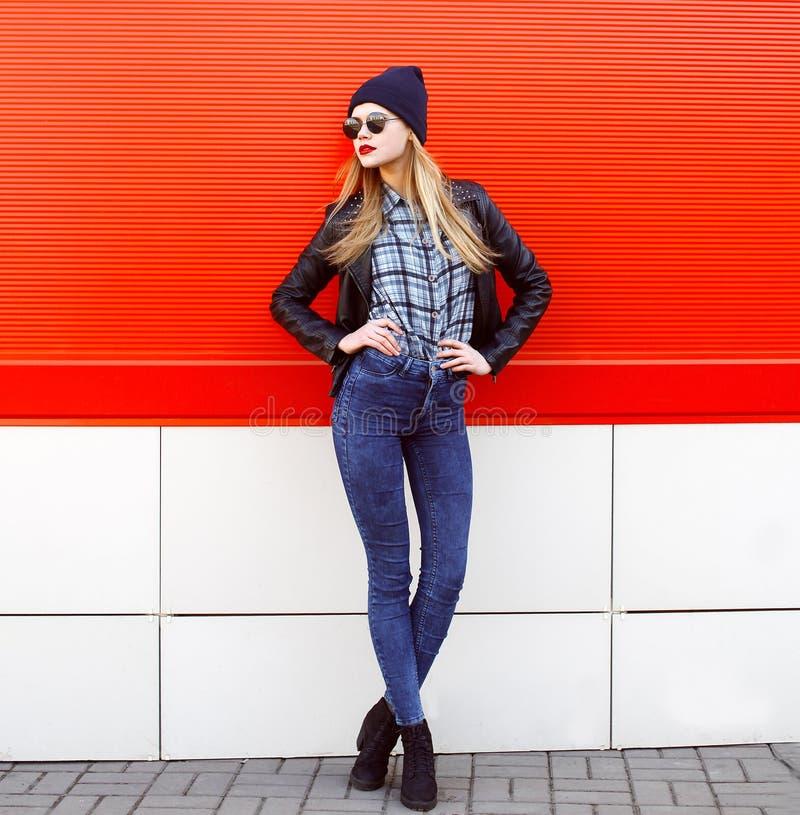 Έννοια μόδας οδών - αρκετά νέα λεπτή γυναίκα στοκ εικόνα