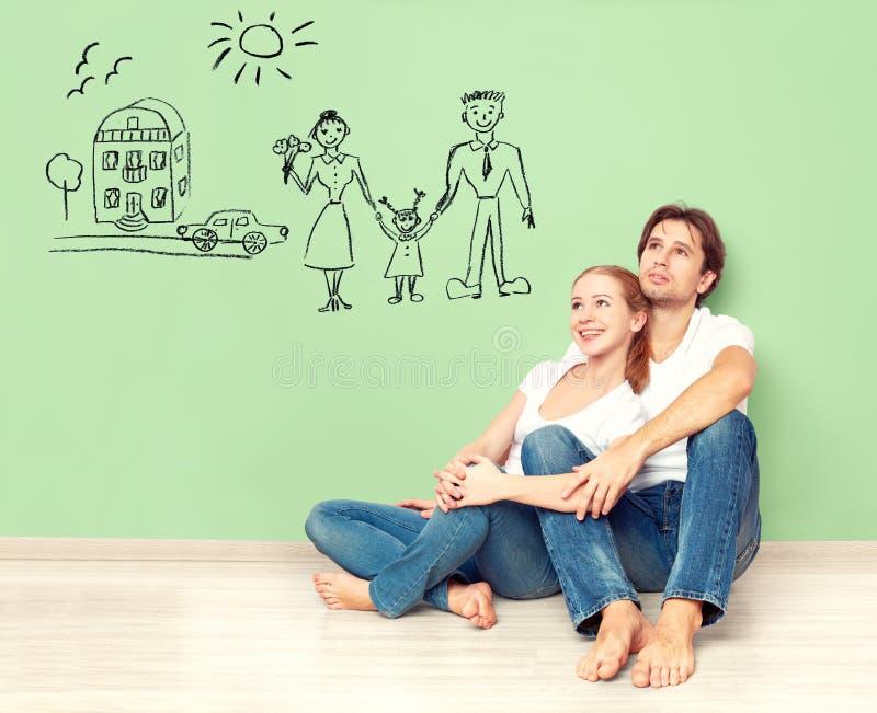 Έννοια νέο ζεύγος που ονειρεύεται το καινούργιο σπίτι, αυτοκίνητο, παιδί, οικονομική ευημερία στοκ εικόνες
