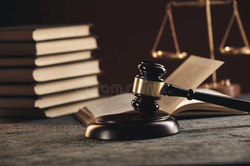 Έννοια νόμου - ανοικτό βιβλίο νόμου με ξύλινο gavel δικαστών στον πίνακα σε ένα δικαστήριο ή ένα γραφείο επιβολής νόμου στο μπλε στοκ εικόνα