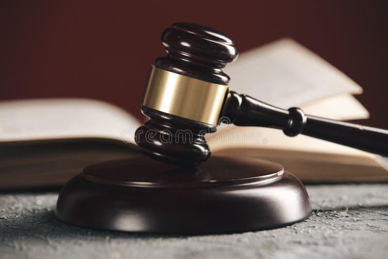 Έννοια νόμου - ανοικτό βιβλίο νόμου με ξύλινο gavel δικαστών στον πίνακα σε ένα δικαστήριο ή ένα γραφείο επιβολής νόμου στο μπλε στοκ φωτογραφίες