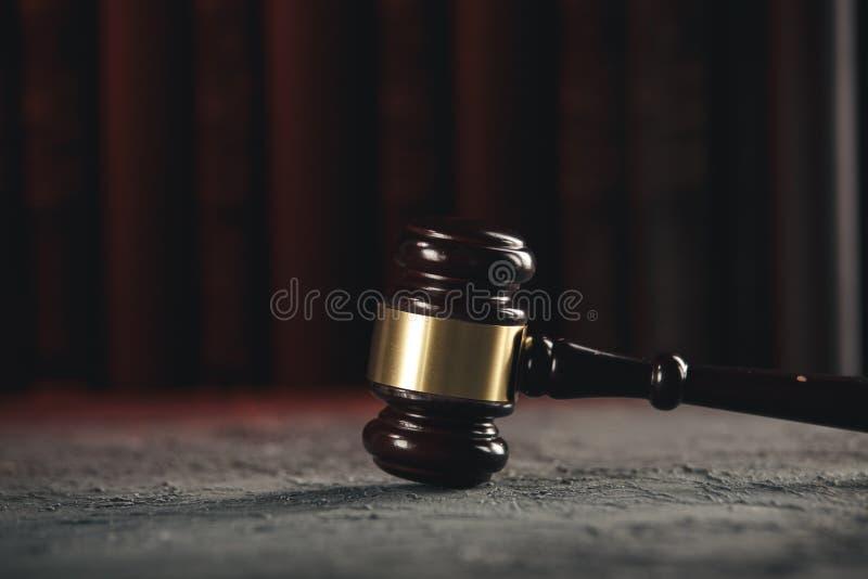 Έννοια νόμου - ανοικτό βιβλίο νόμου με ξύλινο gavel δικαστών στον πίνακα σε ένα δικαστήριο ή ένα γραφείο επιβολής νόμου στο μπλε στοκ εικόνες