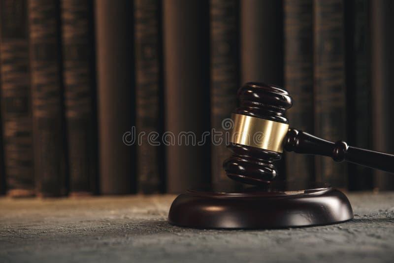 Έννοια νόμου - ανοικτό βιβλίο νόμου με ξύλινο gavel δικαστών στον πίνακα σε ένα δικαστήριο ή ένα γραφείο επιβολής νόμου στο μπλε στοκ φωτογραφία με δικαίωμα ελεύθερης χρήσης
