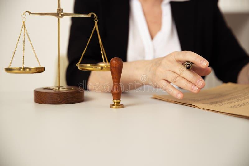 Έννοια νόμου Η γυναίκα στα γυαλιά που λειτουργούν με το έγγραφο στοκ εικόνα με δικαίωμα ελεύθερης χρήσης